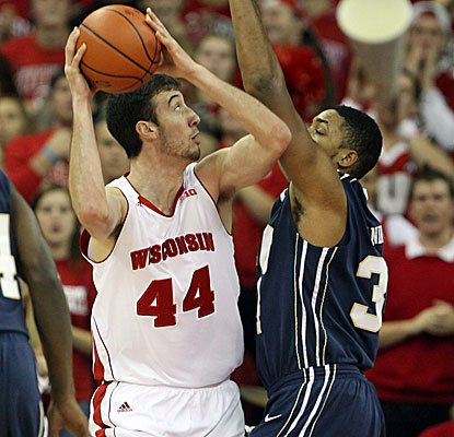 Frank Kaminsky scores 21 points to lead five Wisconsin players in double figures against Oral Roberts. (USATSI)
