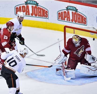 Corey Perry gets the puck past Coyotes goalie Mike Smith during Anaheim's win in Phoenix.  (USATSI)
