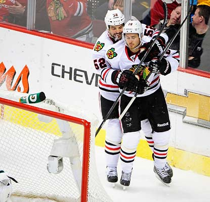 Marcus Kruger (front) scores nine seconds after Andrew Shaw (not pictured) to give the Blackhawks a 2-1 lead.  (USATSI)