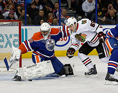 Andrew Shaw attacks the net for the Blackhawks, scoring two goals in Chicago's 5-1 win over Edmonton. (USATSI)