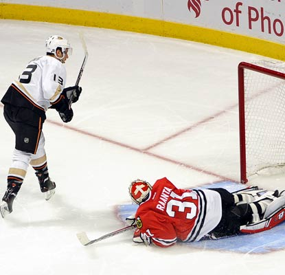 Nick Bonino beats Blackhawks goalie Antti Raanta in the shootout as the Ducks trump the Stanley Cup champions.  (USATSI)