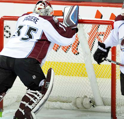 Jean-Sebastien Giguere isn't happy with an official's call, but he does end up with 26 saves in Colorado's win.  (USATSI)