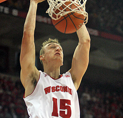 Sam Dekker goes for 20 points and 10 rebounds, giving Wisconsin a needed win over intrastate Marquette. (USATSI)