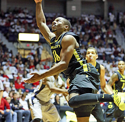 Guard Johnathan Loyd fills up the stat sheet for the Ducks, making 14 free throws and dishing out 15 assists. (USATSI)