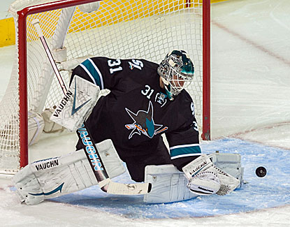 San Jose goalie Antti Niemi stops 28 shots against the Minnesota Wild to record his 17th victory. (USATSI)