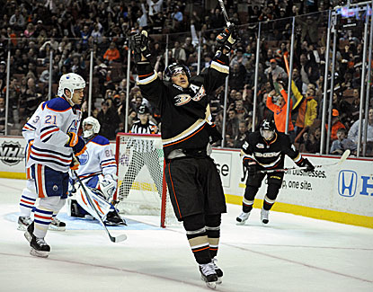 Teemu Selanne ends a 19-game goal drought with a second-period goal in Anaheim's 3-2 win over the Oilers. (USATSI)