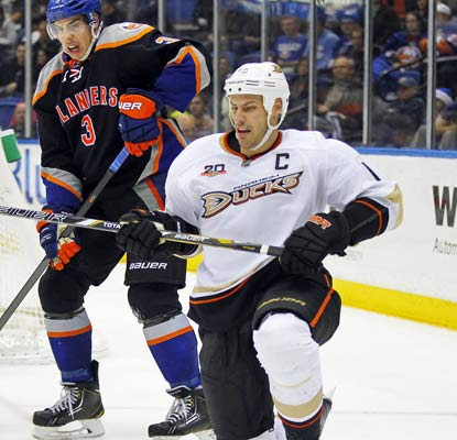 Ryan Getzlaf collects three goals and the Ducks come back for a team-record eighth consecutive victory.  (USATSI)