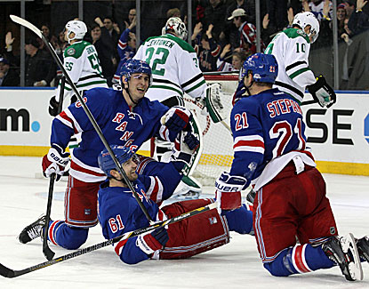Rick Nash (61) sneaks the game-winner past Kari Lehtonen in the Rangers' win over Dallas. (USATSI)