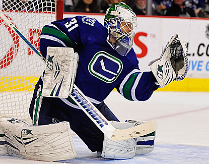 Eddie Lack makes 29 saves to help Vancouver snap a five-game losing streak. (USATSI)
