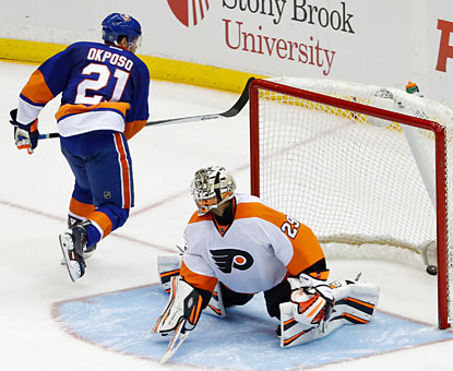 The Isles' Kyle Okposo comes up big with two crucial goals, including the decisive score in the shootout. (USATSI)