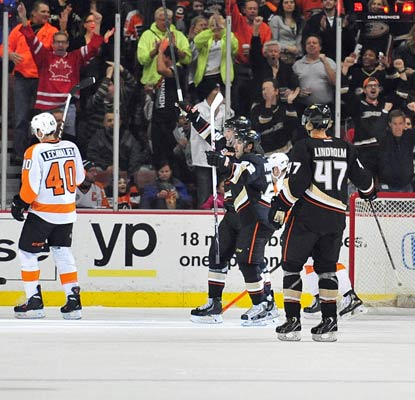 The Ducks handle the visiting Flyers in Anaheim and have won 22 of their past 26 games, improving their record to 40-11-5.  (USATSI)