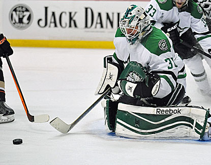 Dan Ellis makes the stop for Dallas against the Ducks. He helps the Stars snap a five-game losing streak. (USATSI)