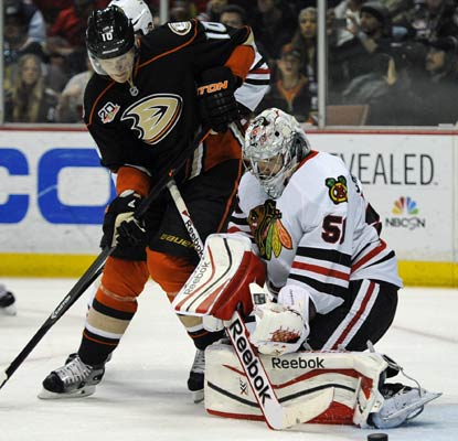 Corey Crawford stonewalls the Ducks with 29 saves and the Blackhawks are a point away from Anaheim in the NHL standings.  (USATSI)