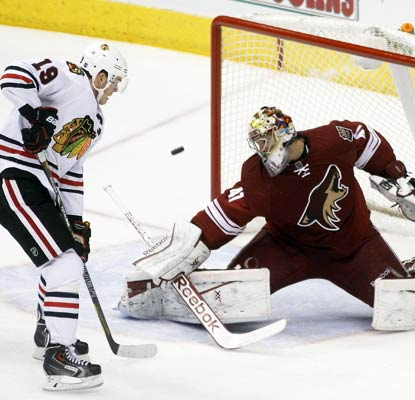 Mike Smith makes 29 saves for the Coyotes to drop a very rare shutout of the Chicago Blackhawks.  (USATSI)