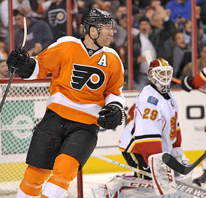 Scott Hartnell finishes the Flyers' scoring with his 15th goal of the season early in the third period.  (USATSI)