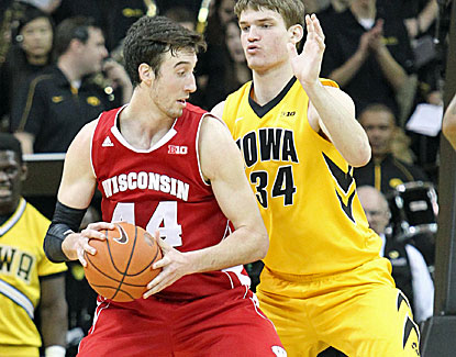 Frank Kaminsky scores 21 points to go with a crucial late steal as Wisconsin wins its fifth straight. (USATSI)