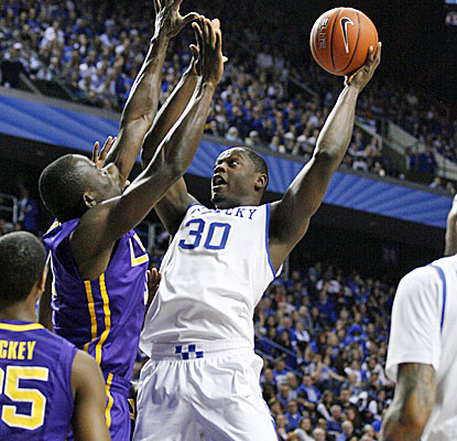 Julius Randle (eight points) scores in the lane with 3.9 seconds remaining in overtime to give Kentucky the victory. (USATSI)