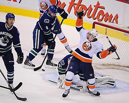 New York's Frans Nielsen celebrates Matt Martin's goal, which puts the Islanders ahead to stay.  (USATSI)