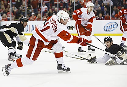 Daniel Alfredsson follows through on his winning shot, which gives Detroit a crucial victory that boosts its playoff hopes.  (USATSI)