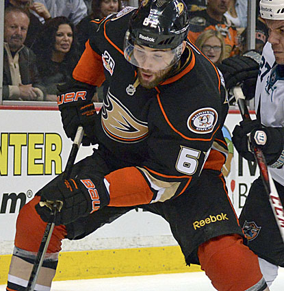 Patrick Maroon scores two goals for the Anaheim Ducks against the Sharks, helping secure the Pacific title. (USATSI)