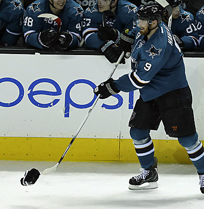San Jose's Martin Havlat does a little cleaning up after fans celebrate his hat trick against the Avalanche. (USATSI)