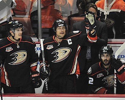 Teemu Selanne acknowledges one of several standing ovations he receives during his regular-season swansong.  (USATSI)