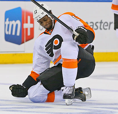 Wayne Simmonds celebrates after scoring into an empty net for the clinching goal of the Flyers' Game 2 victory.  (USATSI)