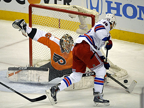 Philadelphia's Steve Mason makes 37 saves to earn the win over the Rangers and tie the series at 2-2. (USATSI)