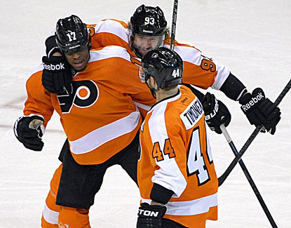 Wayne Simmonds (17) nets the hat trick for the Flyers, who knock off the Rangers 5-2 in Game 6. (USATSI)
