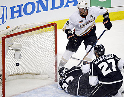 Teemu Selanne scores the tiebreaking power-play goal late in the second period for the Ducks. (USATSI)