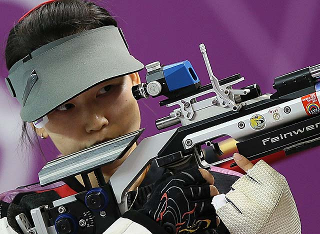 Yi swoops in for the gold medal after Polish soldier Sylwia Bogacka flubbed her eighth shot. (Getty Images)