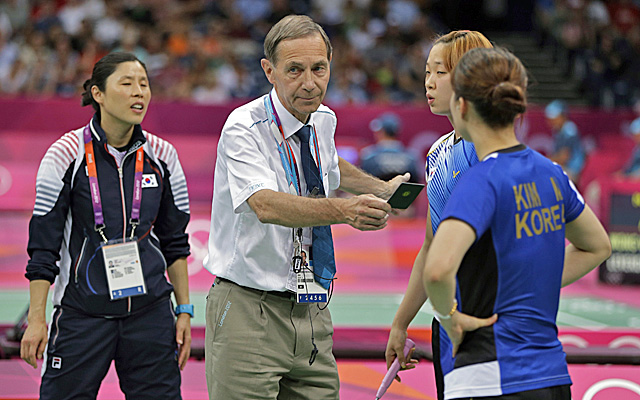 Head badminton referee Torsten Berg issues a black card to South Korea's Ha Jung-eun and Kim Min-jung. (AP)