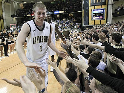 Vanderbilt seniors Brad Tinsley and Festus Ezeli (rear) thank Commodores fans after winning their final home game.  (AP)